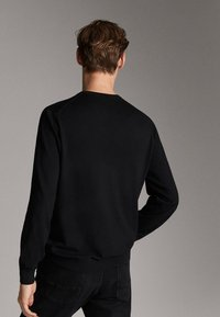 Massimo Dutti - MIT STRUKTURMUSTER - Pullover - black - 2