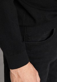 Massimo Dutti - MIT STRUKTURMUSTER - Pullover - black - 4