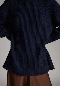 Massimo Dutti - WOLLPULLOVER IM PERLSTRICK MIT GERIPPTEM STEHKRAGEN 05601811 - Trui - blue - 4