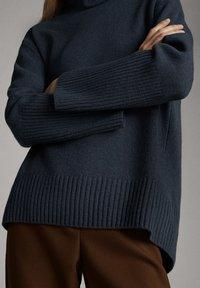 Massimo Dutti - CAPE-PULLOVER AUS WOLLE UND KASCHMIR MIT KAPUZENKRAGEN 05616828 - Sweter - dark grey - 5