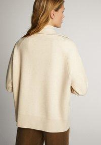 Massimo Dutti - OVERSIZE-STRICKJACKE IM JOGGING-FIT 05650829 - Vest - beige - 2
