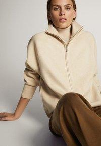 Massimo Dutti - OVERSIZE-STRICKJACKE IM JOGGING-FIT 05650829 - Vest - beige - 5