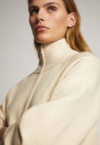 Massimo Dutti - OVERSIZE-STRICKJACKE IM JOGGING-FIT 05650829 - Vest - beige - 6