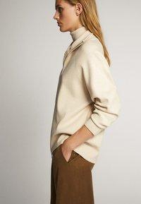 Massimo Dutti - OVERSIZE-STRICKJACKE IM JOGGING-FIT 05650829 - Vest - beige - 3