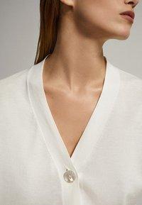 Massimo Dutti - MIT V-AUSSCHNITT UND KNOPF - Cardigan - white - 3
