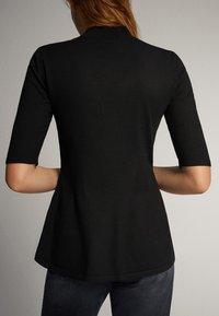 Massimo Dutti - PULLOVER MIT GERIPPTEM STEHKRAGEN UND SCHÖSSCHEN 05623927 - T-shirt con stampa - black - 0