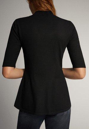 PULLOVER MIT GERIPPTEM STEHKRAGEN UND SCHÖSSCHEN 05623927 - T-shirt z nadrukiem - black