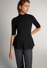 Massimo Dutti - PULLOVER MIT GERIPPTEM STEHKRAGEN UND SCHÖSSCHEN 05623927 - T-shirt con stampa - black - 1
