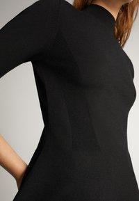 Massimo Dutti - PULLOVER MIT GERIPPTEM STEHKRAGEN UND SCHÖSSCHEN 05623927 - T-shirt con stampa - black - 3