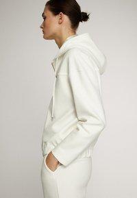 Massimo Dutti - MIT KAPUZE UND REISSVERSCHLUSS  - Zip-up hoodie - white - 2