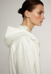 Massimo Dutti - MIT KAPUZE UND REISSVERSCHLUSS  - Zip-up hoodie - white - 6