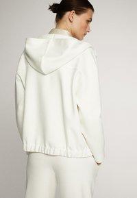 Massimo Dutti - MIT KAPUZE UND REISSVERSCHLUSS  - Zip-up hoodie - white - 1
