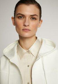 Massimo Dutti - MIT KAPUZE UND REISSVERSCHLUSS  - Zip-up hoodie - white - 5