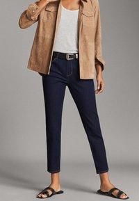 Massimo Dutti - MIT MITTELHOHEM BUND - Jeans slim fit - blue - 0