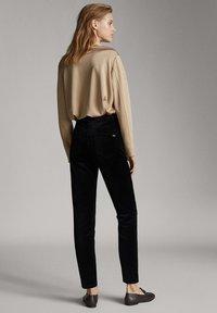 Massimo Dutti - MIT HOHEM BUND  - Spodnie materiałowe - black - 2