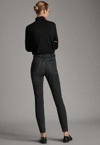 Massimo Dutti - MIT HOHEM BUND  - Jean slim - black - 2