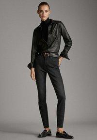 Massimo Dutti - MIT HOHEM BUND  - Jean slim - black - 1