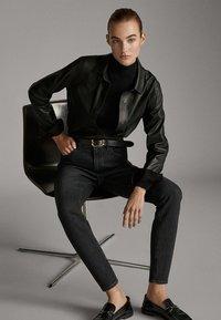 Massimo Dutti - MIT HOHEM BUND  - Jean slim - black - 3