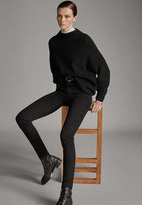 Massimo Dutti - MIT HOHEM BUND  - Pantalon classique - black - 4