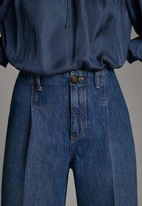 Massimo Dutti - JEANS MIT BUNDFALTEN UND WEITEM BEIN 05045718 - Flared Jeans - blue - 5