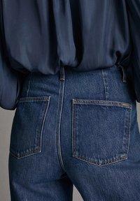 Massimo Dutti - JEANS MIT BUNDFALTEN UND WEITEM BEIN 05045718 - Flared Jeans - blue - 6