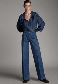 Massimo Dutti - JEANS MIT BUNDFALTEN UND WEITEM BEIN 05045718 - Flared Jeans - blue - 0
