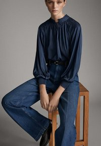 Massimo Dutti - JEANS MIT BUNDFALTEN UND WEITEM BEIN 05045718 - Flared Jeans - blue - 4