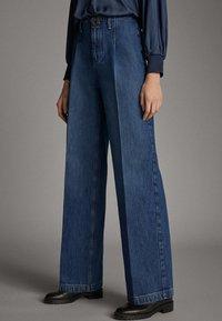 Massimo Dutti - JEANS MIT BUNDFALTEN UND WEITEM BEIN 05045718 - Flared Jeans - blue - 1