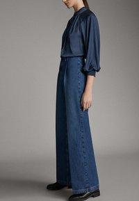 Massimo Dutti - JEANS MIT BUNDFALTEN UND WEITEM BEIN 05045718 - Flared Jeans - blue - 3