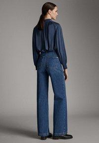 Massimo Dutti - JEANS MIT BUNDFALTEN UND WEITEM BEIN 05045718 - Flared Jeans - blue - 2