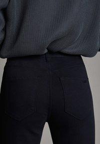 Massimo Dutti - BROKEN-TWILL-ZIGARETTENHOSE 05067707 - Slim fit jeans - blue - 4