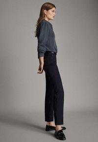 Massimo Dutti - BROKEN-TWILL-ZIGARETTENHOSE 05067707 - Slim fit jeans - blue - 3
