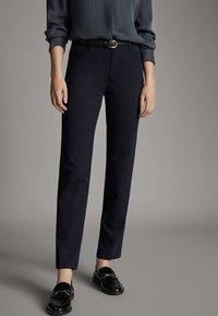 Massimo Dutti - BROKEN-TWILL-ZIGARETTENHOSE 05067707 - Slim fit jeans - blue - 1