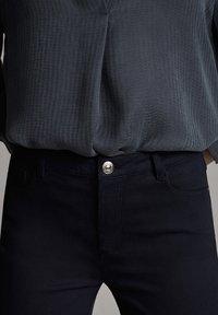 Massimo Dutti - BROKEN-TWILL-ZIGARETTENHOSE 05067707 - Slim fit jeans - blue - 5