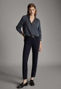 Massimo Dutti - BROKEN-TWILL-ZIGARETTENHOSE 05067707 - Slim fit jeans - blue - 0