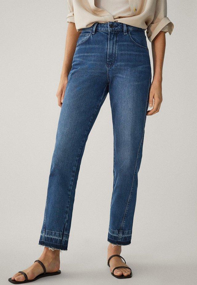 MIT HOHEM BUND UND AUSGEFRANSTEM SAUM  - Jeans a sigaretta - blue