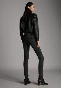Massimo Dutti - SKINNY-FIT-JEANS MIT MITTELHOHEM BUND 05051703 - Jeans Skinny Fit - grey - 2