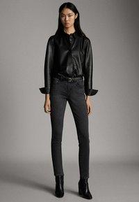 Massimo Dutti - SKINNY-FIT-JEANS MIT MITTELHOHEM BUND 05051703 - Jeans Skinny Fit - grey - 1