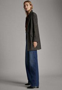 Massimo Dutti - JEANS MIT WEITEM BEIN UND HOHEM BUND 05043731 - Relaxed fit jeans - blue - 4