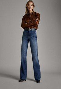 Massimo Dutti - JEANS MIT WEITEM BEIN UND HOHEM BUND 05043731 - Jeansy Relaxed Fit - blue - 0
