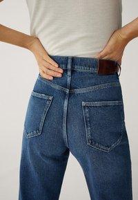 Massimo Dutti - MIT WEITEM BEIN UND HOHEM BUND - Relaxed fit jeans - blue - 13