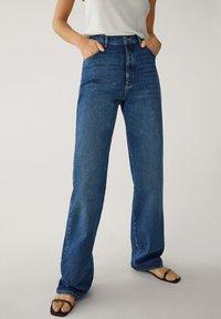 Massimo Dutti - MIT WEITEM BEIN UND HOHEM BUND - Relaxed fit jeans - blue - 8