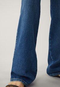 Massimo Dutti - MIT WEITEM BEIN UND HOHEM BUND - Relaxed fit jeans - blue - 14