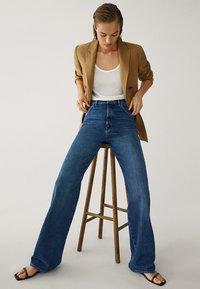 Massimo Dutti - MIT WEITEM BEIN UND HOHEM BUND - Relaxed fit jeans - blue - 7
