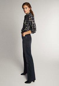 Massimo Dutti - SCHWARZE JEANS MIT WEITEM BEIN 05043716 - Jeans a zampa - black - 3