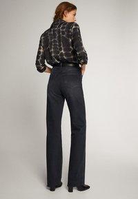 Massimo Dutti - SCHWARZE JEANS MIT WEITEM BEIN 05043716 - Jeans a zampa - black - 2