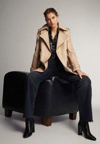 Massimo Dutti - SCHWARZE JEANS MIT WEITEM BEIN 05043716 - Jeans a zampa - black - 4