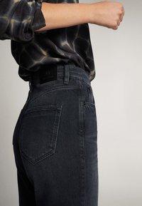 Massimo Dutti - SCHWARZE JEANS MIT WEITEM BEIN 05043716 - Jeans a zampa - black - 6