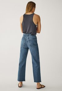 Massimo Dutti - MIT HOHEM BUND UND AUSGEFRANSTEM SAUM  - Flared Jeans - blue - 7