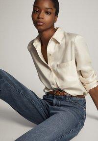 Massimo Dutti - MIT HOHEM BUND UND AUSGEFRANSTEM SAUM  - Flared Jeans - blue - 4